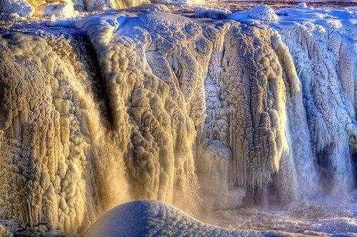 Замерзающий Ниагарский водопад